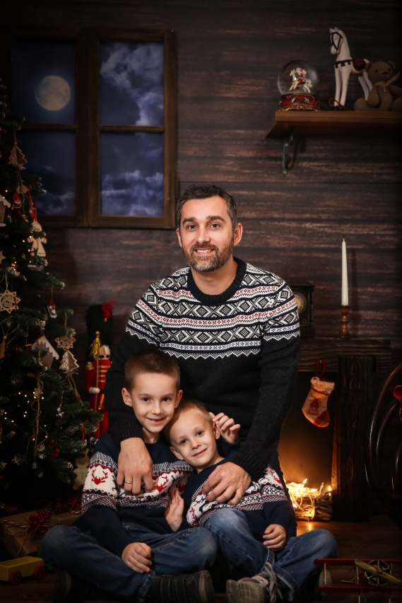 Tata sa sinovima u tematskim džemperima!